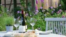Das Restaurant serviert bei schönem Wetter auch auf der Terrasse.