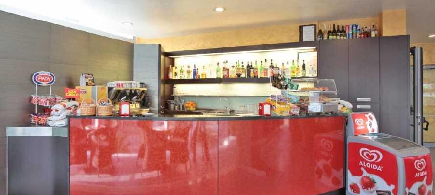 På hotellets mysiga bar kan ni köpa snacks, glass och drycker.