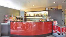 I hotellets hyggelige bar kan I købe snacks, is og drikkevarer.