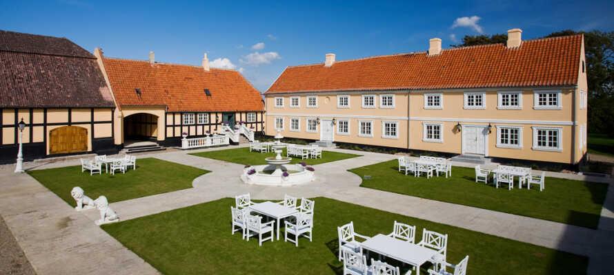 Dra til Langeland på et romantisk og luksuriøst opphold, i historiske rammer, på det idyllisk beliggende Skrøbelev Gods.