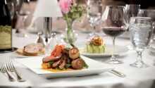 Nyt utsøkt mat til middag i den vakre restauranten 'Riddersalen'.