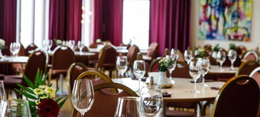 Hotellet har en egen restaurang som serverar lunch och middag och är öppen alla dagar utom söndagar.