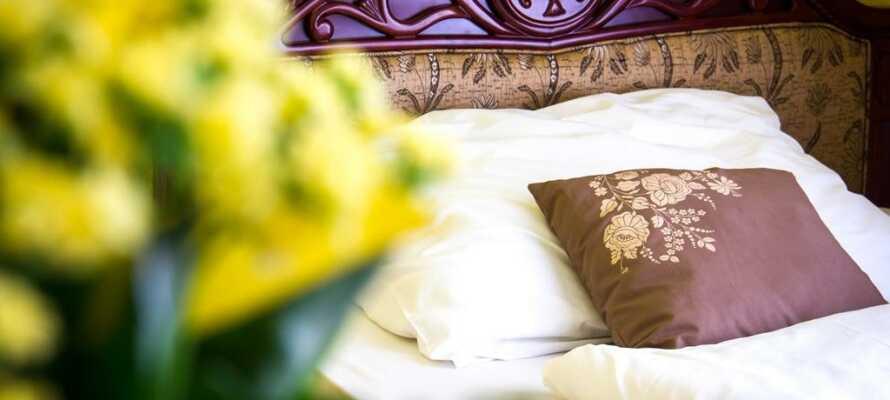 Hotellets trivsamma rum är bekvämt inredda och kommer garanterat ge er en god natts sömn.