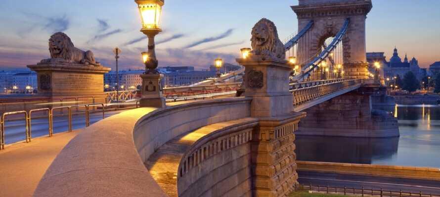 Den berömda kedjebron i Budapest är ett av stadens landmärken och en populär sevärdhet.