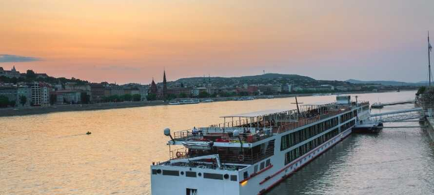 Machen Sie eine Bootsfahrt auf Europas zweitlängster Fluss, der Donau, der nur 3 km vom Hotel entfernt ist.
