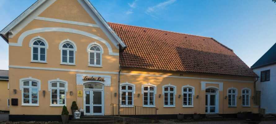 Den charmiga gula byggnaden firade 270 års jubileum i 2019 och bjuder på en äkta dansk kro-stämning.
