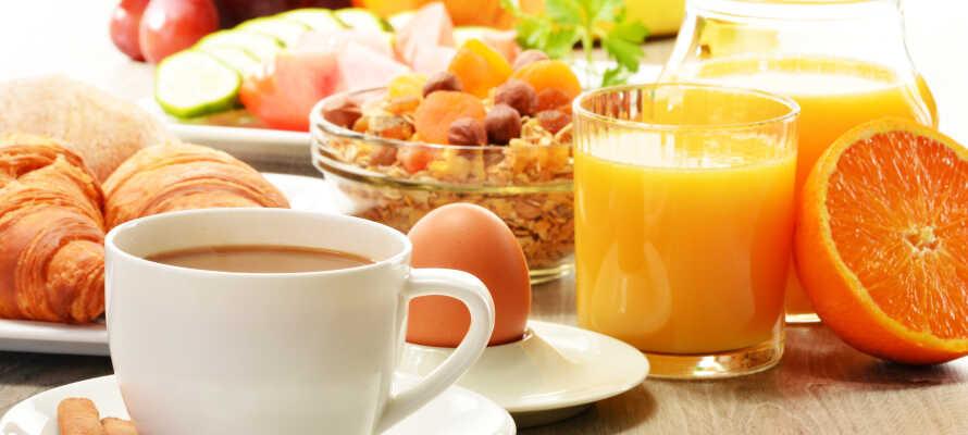 Varje morgon bjuds ni på en härlig start på dagen med frukostbuffé och nybryggt kaffe.