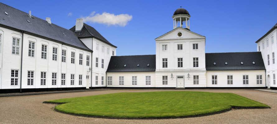 Det er mange spennende severdigheter innen kort avstand, som f.eks. det sjarmerende kongelige, Gråsten slott.