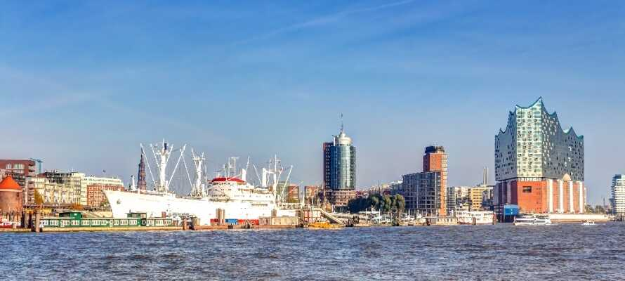 Hamburg er Europas næststørste havneby. Prøv en havnerundfart og oplev havnen helt tæt på.