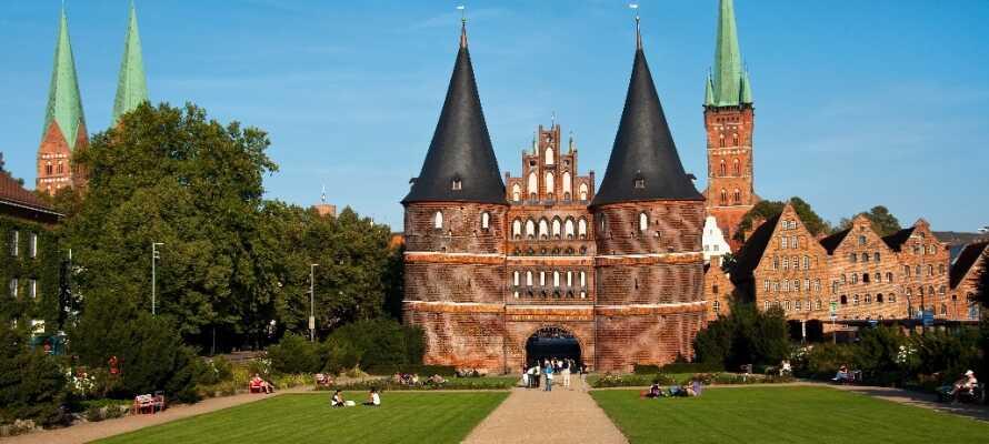 Den gamle handlebyen Lübeck ligger kun en liten kjøretur fra hotellet og her er det et must å smake på byens populære marsipan.