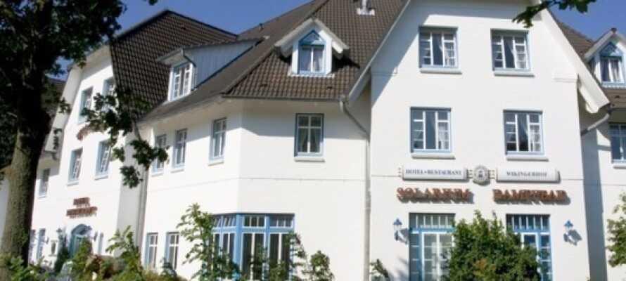 Das Hotel Wikingerhof bietet seinen Gästen einen angenehmen Aufenthalt mit traditioneller Küche und einer schönen grünen Umgebung.