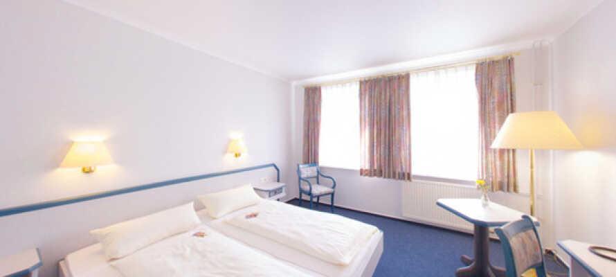 Rummen är traditionellt och ljust inredda med bekväma sängar, TV, telefon och privat badrum.
