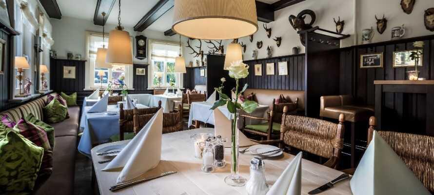 Restaurangen serverar frukost, lunch och middag, med fokus på fräscha råvaror och hög kvalitet.