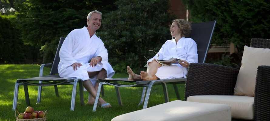 Hotellets nydelige have indbyder til hygge og afslapning i det gode vejr