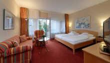 Hotellrummen är utrustade med satellit-TV, radio, telefon, värdeskåp och minibar.