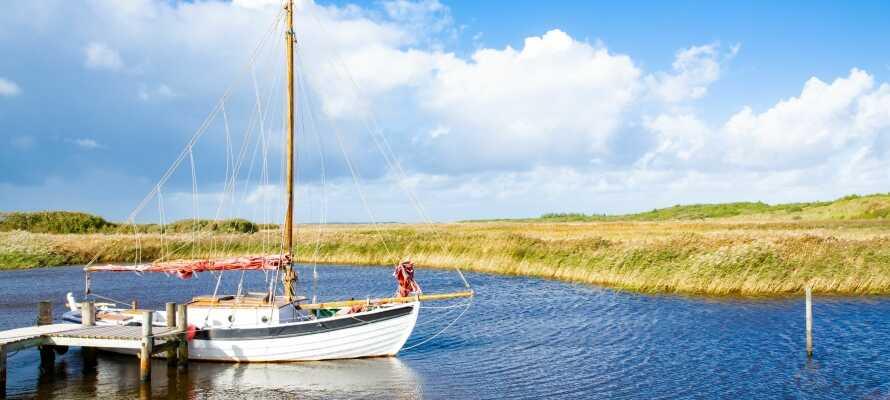 Kroen ligger rett ved fjorden, som er omgitt av flott og frodig natur.
