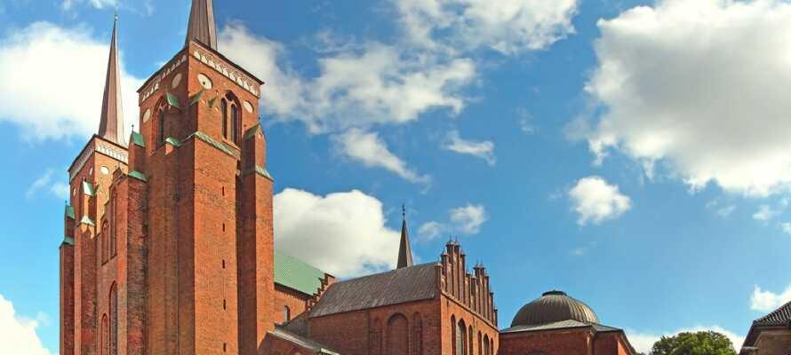 Besøg historiske Roskilde og se byens imponerende domkirke, der er på UNESCOs liste over verdens kulturarv.