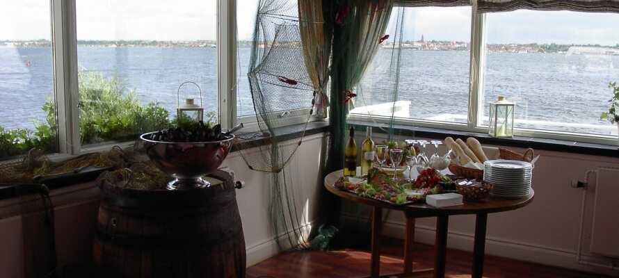 I hotellets trevliga restaurang kan ni äta gott och njuta av panoramautsikten över fjorden i Holbæk.
