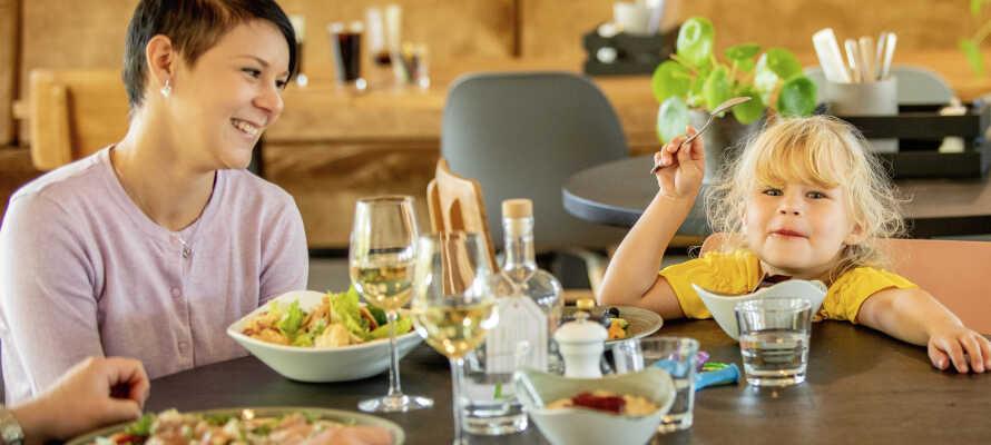 Nyd dejlig mad i Feriepark Søhøjlandets brasserie, med friskbagte pizzaer og en skøn panoramisk udsigt fra terrassen.