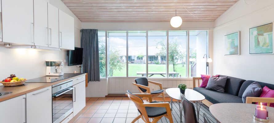I bor i hyggelige, lyse og fuldt udstyrede feriehuse med soveværelse, køkken, badeværelse og stue.