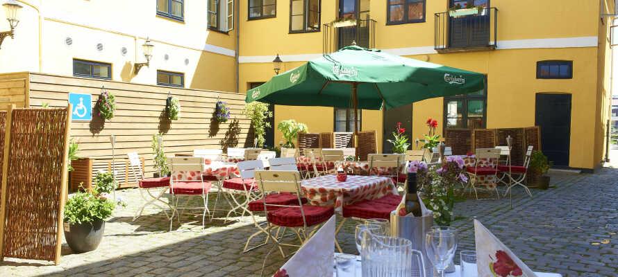 Im Innenhof des Hotels können Sie ein Abendessen oder eine gute Tasse Kaffee genießen.