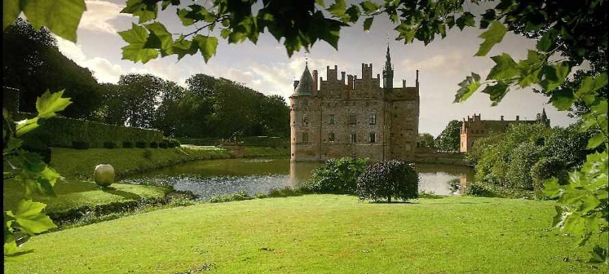 Egeskov Slott byggdes för över 460 år sedan. Då anlades också slottsparken, som än idag kan besökas.