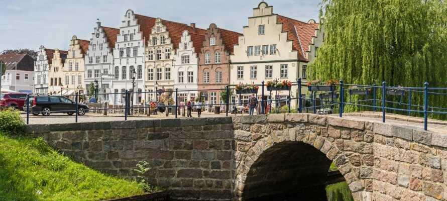 Friedrichstadt, även kallat Lilla Amsterdam, är med sina speciella hus och alla kanaler väl värt ett besök.