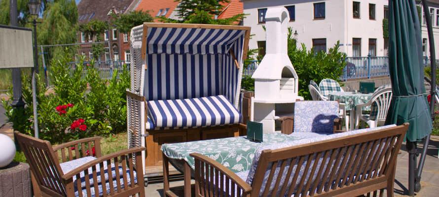 Ni kan njuta av solen på hotellets terrass, som vetter ner mot kanalerna, när vädret tillåter.
