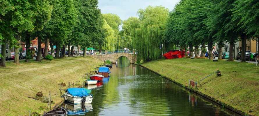 Passa på och åk en tur med kanalbåt och lär er mer om den vackra staden.