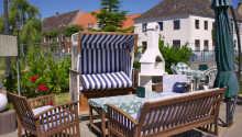 Nyd livet på hotellets terrasse, som ligger lige ned til kanalerne.