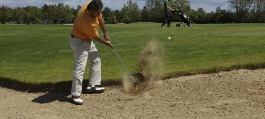 Luft golfkøllerne i Langelands Golfklub, med sine karakteristiske hatbakker. Banen ligger blot ca. 30 km. væk.