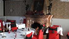 Restauranten tilbyr en koselig inn-atmosfære, kombinert med afrikansk interiør.