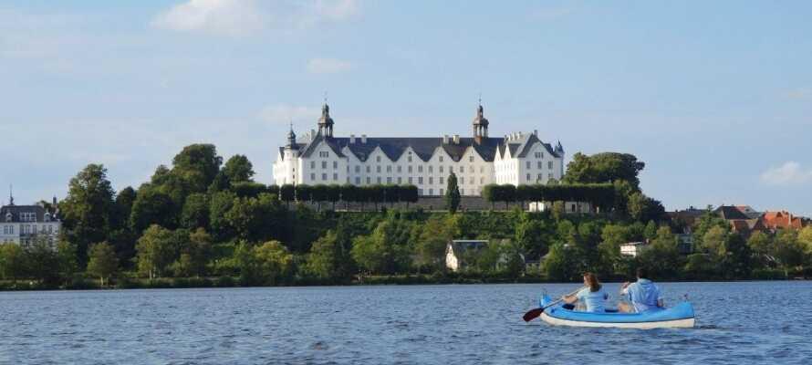 Det imponerende hvite slottet ved Plön troner over innsjøen og er et must å besøke på deres ferie.