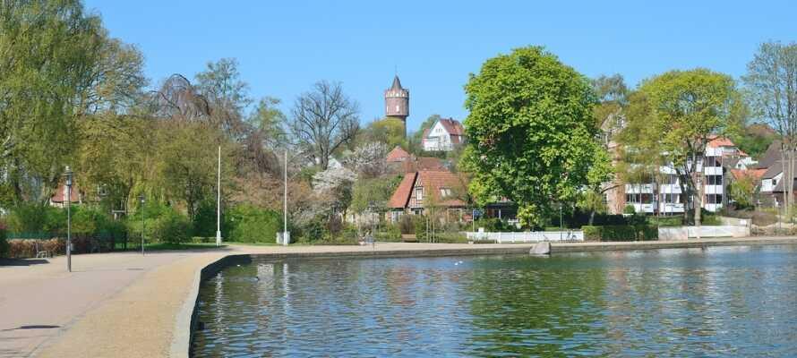 Besök den mysiga staden Eutin och ta en lugn promenad längs med stadens vackra sjöpromenad.
