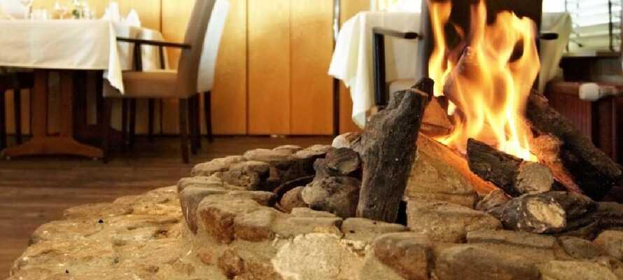 I hotellets restaurang finns en öppen spis som ökar den mysiga känslan och den trevliga atmosfären.