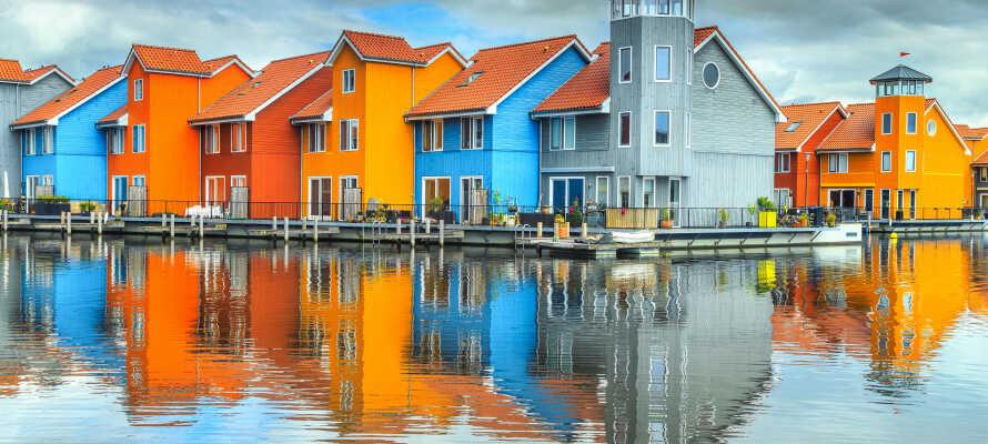 Längs kanalen i Groningen finns massor av fina och färglada hus.