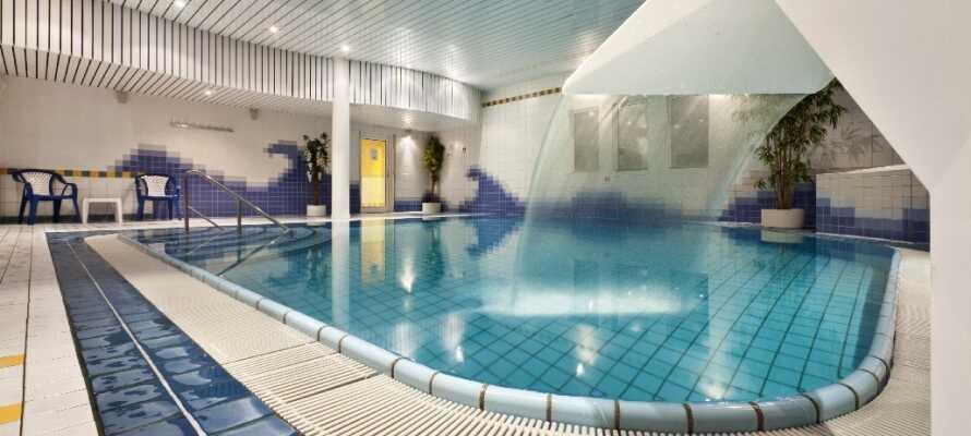 Schwimmen Sie ein paar Bahnen im hoteleigenen Hallenbad und entspannen Sie in der Sauna.