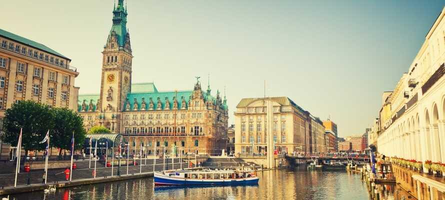Erleben Sie die Millionenstadt Hamburg bei einer Hafenrundfahrt vom Wasser aus.