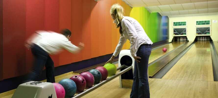 Fordern Sie sich in der hoteleigenen Bowlingbahn gegenseitig heraus.