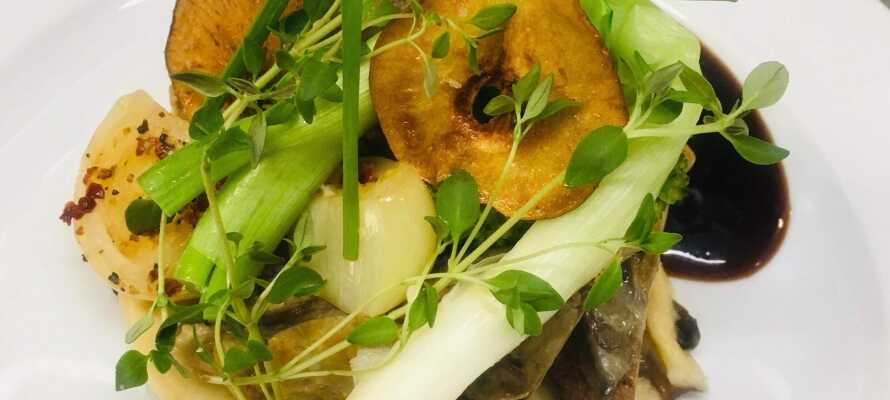 Nyt et opphold med god mat i restauranten, hvor kjøkkenet har et stort fokus på bruk av sesongens ingredienser