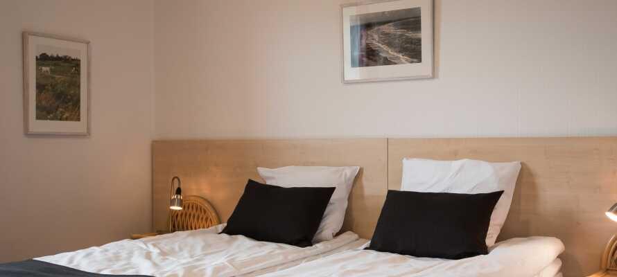 Hotellets dobbeltværelser tilbyder god plads i hyggelige, hjemlige rammer.