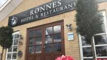 Rønnes Hotel ligger i en idyllisk byggnad och nära havet i det gamla fiskeläget Slettestrand