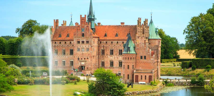 Odense är beläget mitt på Fyn och en av öns populäraste sevärdheter är Egeskov Slott.
