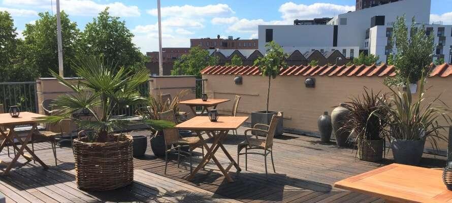 Nyd den fantastiske udsigt med et glas vin, på hotellets hyggelige tagterrasse.