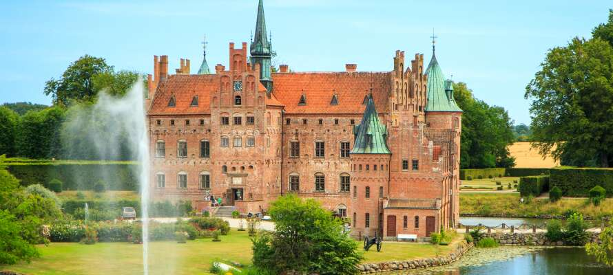 Opplev Egeskov slott som tilbyr veteranbiler, labyrinter og andre fortryllende setting.