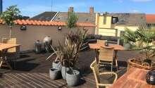 Ta en deilig kopp kaffe på takterrassen og nyt utsikten over Odense.
