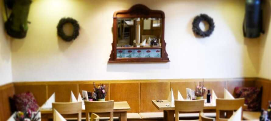 På hotellets restaurant servers både regionale og internasjonale retter. Bestill vin fra området.