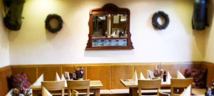 Ät middag i hotellets restaurang, var det serveras både regionala och internationella rätter. Njut av vin från området.