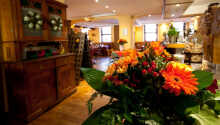 Hotellet har en charmig inredning och bjuder på en avslappnande atmosfär.
