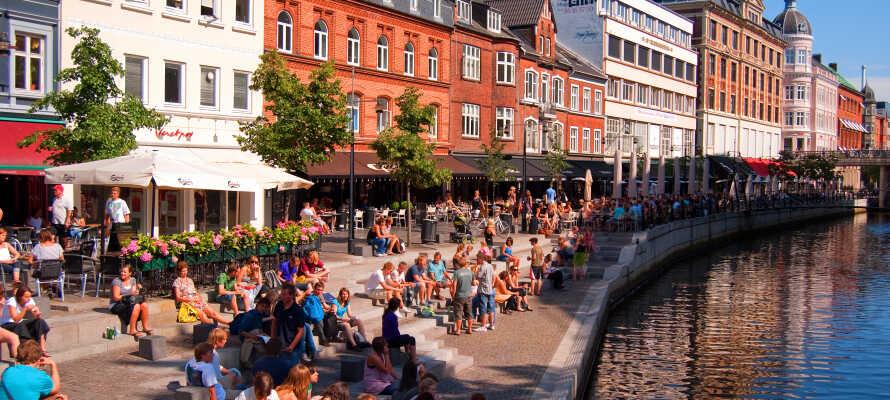 Sie wohnen nur 15 km von Aarhus entfernt, wo es eine Menge Leben, Kultur, Geschichte, Shopping und spannende Erlebnisse gibt.